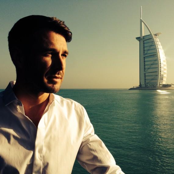 Während des Drehs sehen wir die wichtigsten Wahrzeichen Dubais. Hier im Hintergrund: das luxeriöseste Hotel der Welt, das Burj Al Arab. Dubai bietet eine atemberaubende Kulisse für unsere Folge Kreuzfahrt ins Glück.